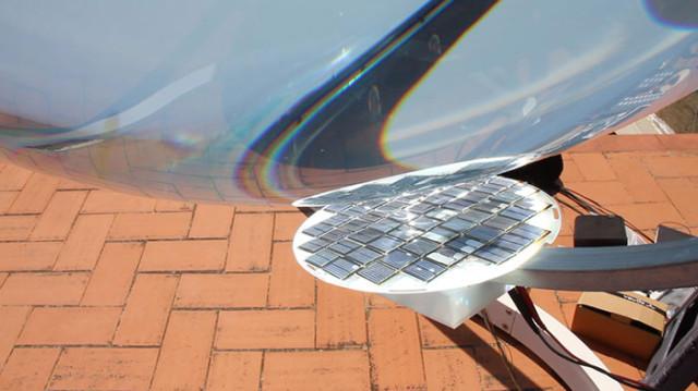 Sphère solaire concentrant l'énergie solaire sur les panneaux classiques - Rawlemon